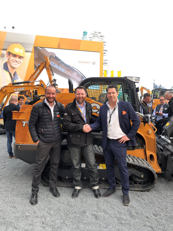 CASE announces Mascus as their official used equipment retail partner. CASE and Mascus representatives handshake at Bauma.